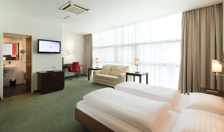 superior zimmer mit viel platz zum wohlf hren im hotel city villach. Black Bedroom Furniture Sets. Home Design Ideas